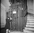 Meisje tijdens het openen van de liftdeur in het trappenhuis, Bestanddeelnr 252-9343.jpg
