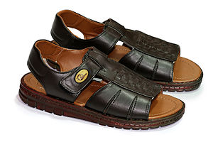 English: A pair of size 10 sandals for men.