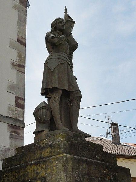 Mignéville (M-et-M) statue B devant église