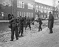 Militairen ruimen sneeuw in Amsterdam, de Cornelis Krusemanstraat wordt schoonge, Bestanddeelnr 914-7492.jpg