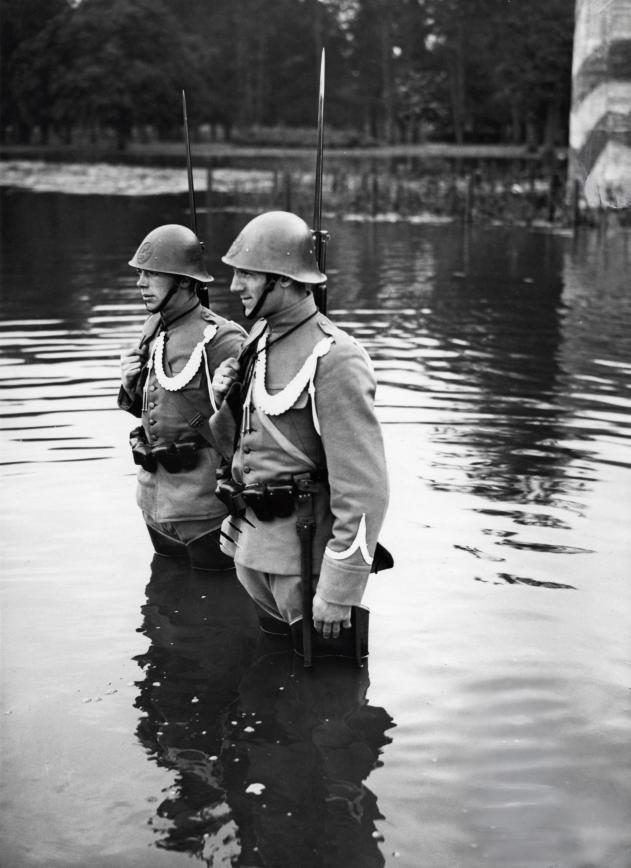 Mobilisatie 1939 Dutch soldiers on guard