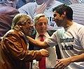 Néstor Kirchner abraza a Moyano padre e hijo mientras se saludan.JPG