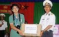 Nhà báo Nguyễn Thành Luân trao tặng quà cho trẻ em trên đảo Trường Sa Lớn vào năm 2012, bên phải là Thượng tá Đinh Văn Hải - Đảo trưởng, Chủ tịch UBND thị trấn Trường Sa.jpg