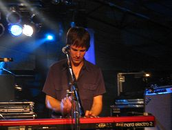 Jonathan Meiburg am E-Piano.