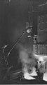 Operaio intento alla colata di acciaio, 1940 - san dl SAN IMG-00002292.jpg