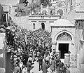 Pelgrims en toeristen op Goede Vrijdag in de kruisgang processie in Jeruzalem, Bestanddeelnr 255-5269.jpg