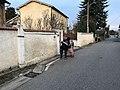 Personne distribuant des prospectus en porte à porte - Saint-Maurice-de-Beynost (Ain, France) - décembre 2017.jpg