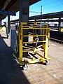 Praha-Holešovice, plošina pro invalidní vozíky.jpg