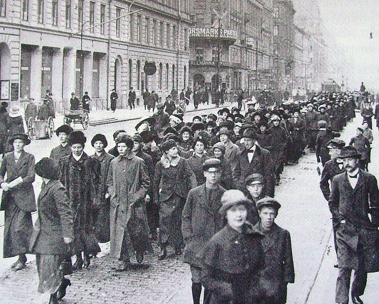 File:Protesterande mödrar till Mjölcentralen Axel Malmström.JPG