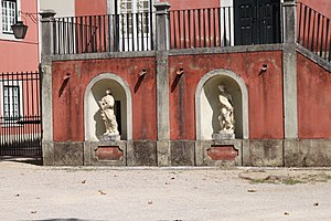 Manor of Lagares d'El-Rei - The double niche on the staircase with the sculptures, dating to the 18th century