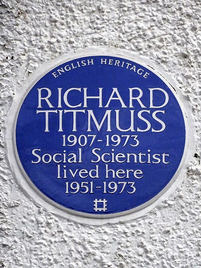 Richard Titmuss blue plaque - Richard Titmuss 1907-1973 social scientist lived here 1951-1973