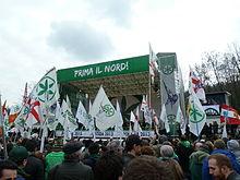 Militanti leghisti assistono al raduno di Pontida nell'aprile 2013