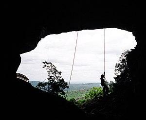 Rapel realizado na entrada de uma caverna