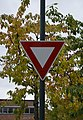 Road sign give way (Norway).jpg
