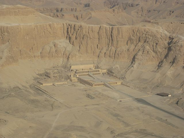 https://upload.wikimedia.org/wikipedia/commons/thumb/4/42/SFEC_AEH_-ThebesNecropolis-2010-Hatshepsut-023.jpg/640px-SFEC_AEH_-ThebesNecropolis-2010-Hatshepsut-023.jpg