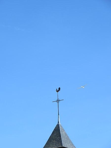 Clocher de l'église survolé par un planeur