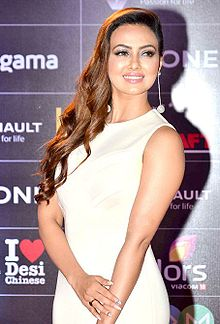 Sana Khan grace the GiMA Awards 2016 (01).jpg