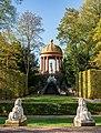 Schwetzingen - Schlossgarten - Blick aus dem Naturtheater zum Apollotempel mit Sphingen 2.jpg
