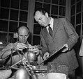 Sigvard Bernadotte bij een zilversmid die het door hem ontworpen melkkannetje aa, Bestanddeelnr 252-8882.jpg
