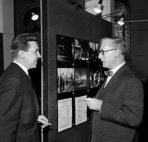 Harold Jenkins (Shakespeare scholar) - Professor Jenkins (right) discussing with the Finnish actor Pentti Siimes in Helsinki, 1964.