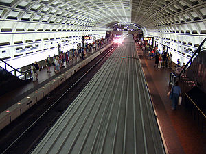 Smithsonian station - The station platform view from the mezzanine in July 2007