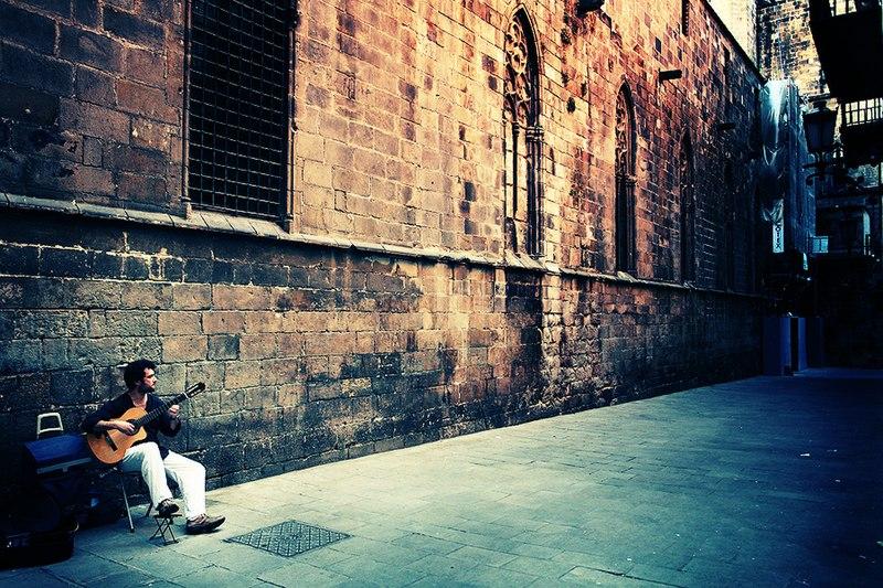 File:Spanish guitar in Barcelona.jpg