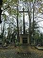 Střešovický hřbitov - kříž uprostřed.jpg