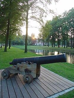 Stadsgracht te Groenlo met kanonnen.jpg