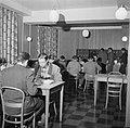 Studenten in de eetzaal van het studentenhuis, Bestanddeelnr 252-8952.jpg