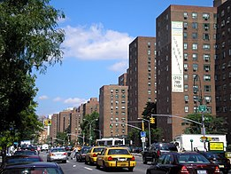 Stuyvesant Town vista da First Avenue, sentido sul-norte (north-northeast) (2006)