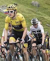 Froome alle spalle della maglia gialla nonché compagno di squadra Geraint  Thomas in un momento della diciannovesima tappa del Tour de France 2018 b0a89bf6fa7