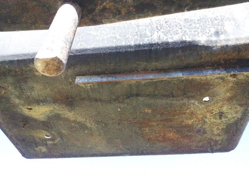 Détail du dessous d'une benne de l'ancien transporteur aérien Maxéville-Dombasle exposé à l'entrée de la carrière Solvay de Saint-Germain-sur-Meuse.