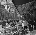 Terras van Café de la Paix, op de hoek van Place de l'Opéra en Boulevard des Cap, Bestanddeelnr 254-0447.jpg