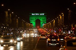 "De Arc de Triomphe is groen verlicht met de tekst ""Accord DeParis c'est fait!"""