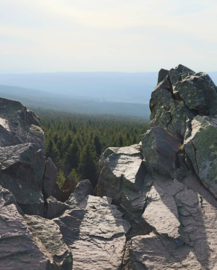 The Wolfswarte in the Oberharz (BR 006) with a view of the Harz over its cliff.png