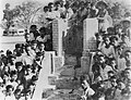 Toekijkend publiek, waaronder veel kinderen, bij een openbare executie. Rond ee…, Bestanddeelnr 8824.jpg