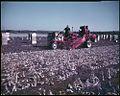 Vegetable tractor that picks, cleans and tops onions before loading them into crates... - Un tracteur ramasse et nettoie des oignons avant de les charger dans des caisses... (20691587268).jpg