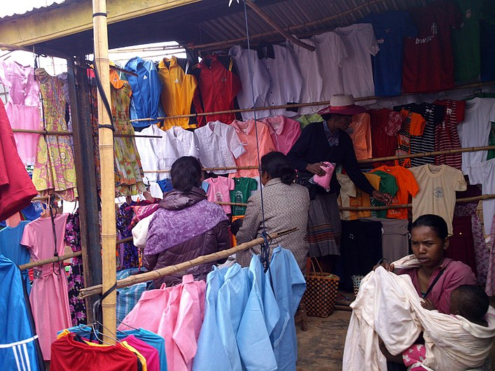 Vendeuse des vêtement made in mada.jpg