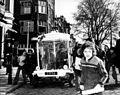 Verkeersminister Irene Vorrink en wethouder Brautigam maken de eerste rit in een witkar, over de Prinsengracht in Amster - SFA001007849.jpg