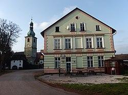 Vlčice (TU), kostel a hostinec.JPG