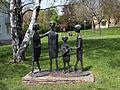 Wien-Penzing - Vier Kinder mit Tier - von Eduard Robitschko.jpg
