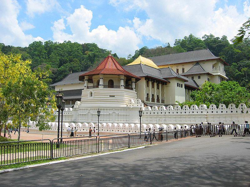 File:Zahntempel Kandy.jpg