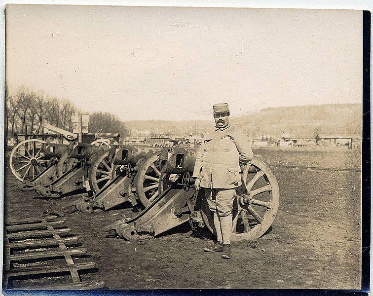 File:(M. Cazals devant des canons) - Fonds Berthelé - 49Fi1718.jpg