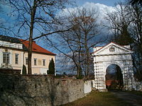 Štěkeň with gate and castle.jpg