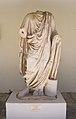 Μαρμάρινος ανδριάντας Τηβεννοφόρου, Χαλκίδα 9834.jpg