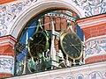 Куранты Спасской башни Кремля, отражение в одном из окон собора Василия Блаженного.jpg