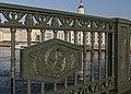 Решетка (фрагмент) ограды Дворцового моста в Санкт-Петербурге.jpg