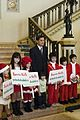 ตัวแสบอยู่กลาง คณะผู้จัดงาน Santa Kids ทูตน้อยเพื่อเ - Flickr - Abhisit Vejjajiva.jpg