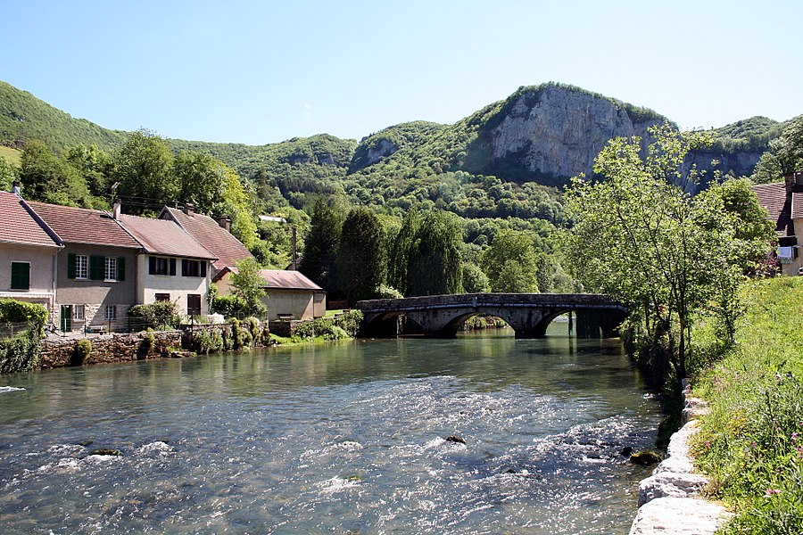 Mouthier-Haute-Pierre  (Doubs - France), the bridge over the Loue (river) and the neighborhood of the Rue du Pont.