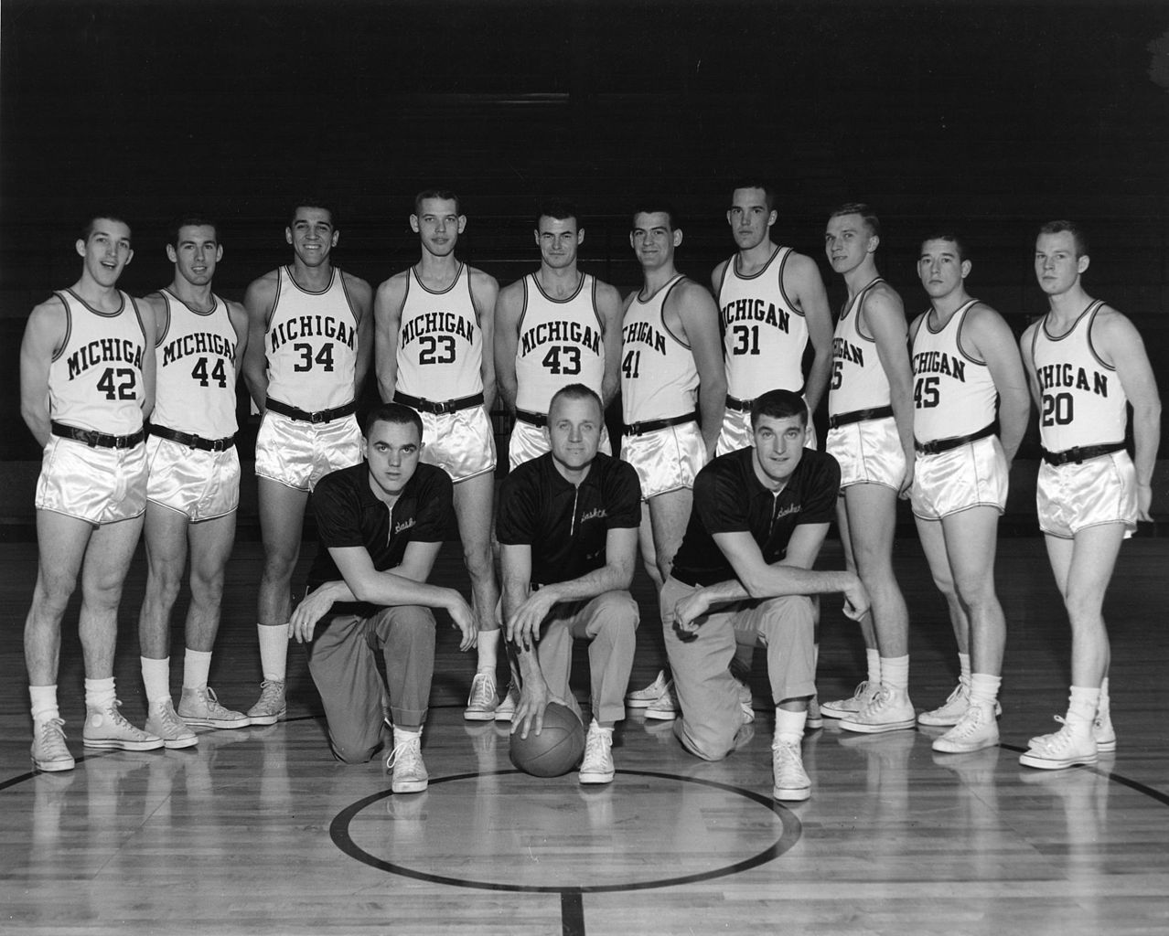 File:1961 Michigan Wolverines men's basketball team.jpg ...